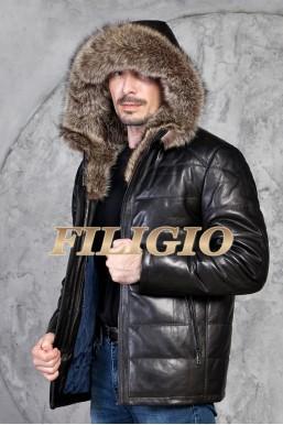 Кожаная куртка с отделкой из меха енота